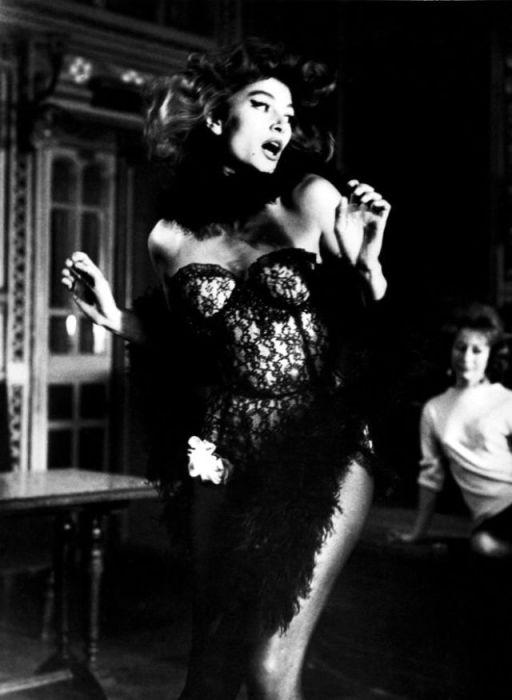 Анук Эме на съёмках фильма «Лола», режиссёра Жака Деми.