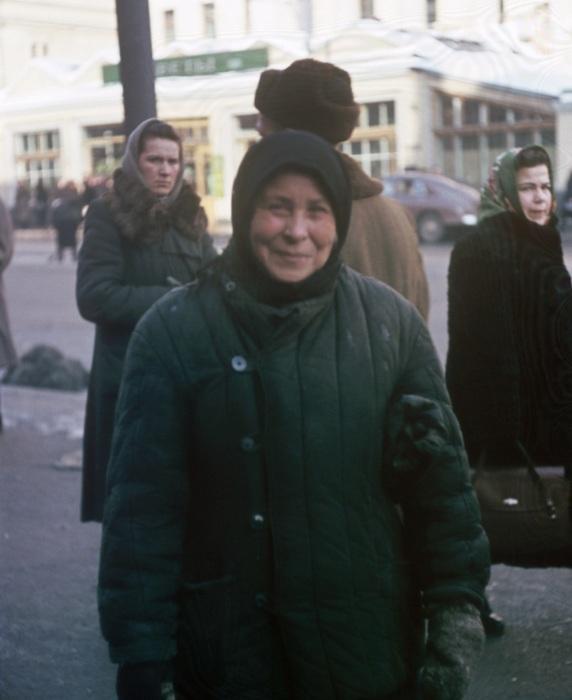 Женщина, стоящая напротив дома № 14 по улеце Петровка в Москве.