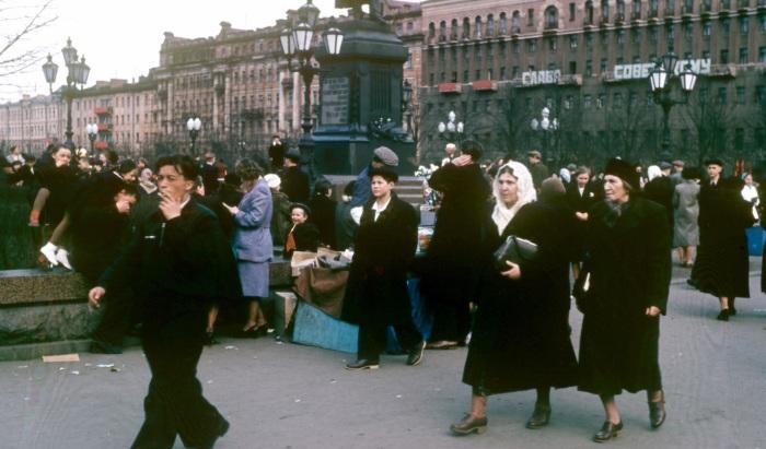 Туристы и местные жители на Пушкинской площади в Москве.