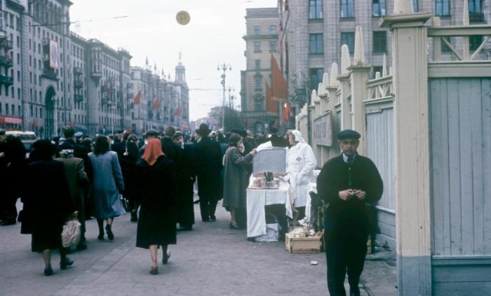 Уличная сцена на Советской площади.