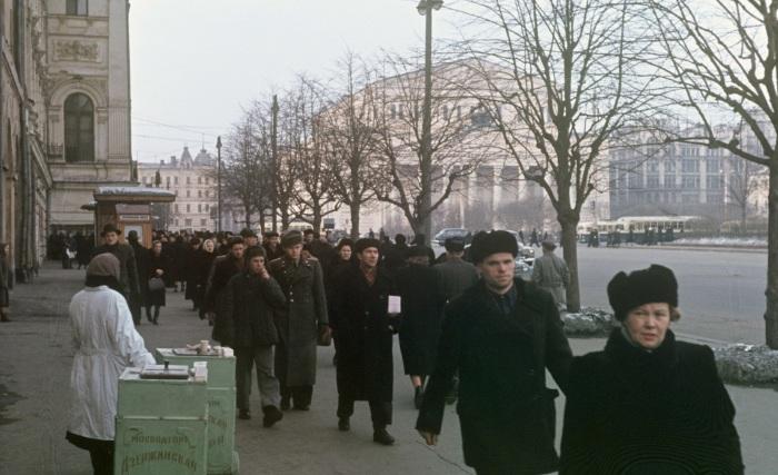 Уличная торговля мороженным на площади Свердлова.
