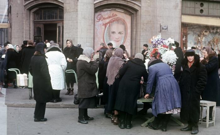 Торговля цветами на площади Свердлова рядом с Большим театром.