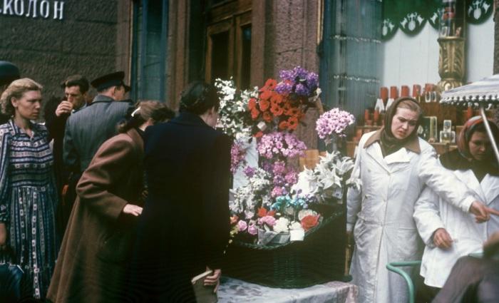 Уличная торговля цветами.