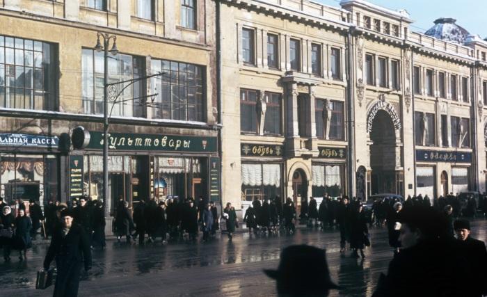 Вход в торговый комплекс Петровский пассаж.