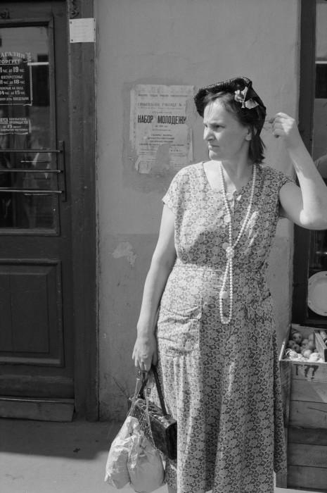 Вышедшая из магазина женщина. СССР, Москва, 1961 год.