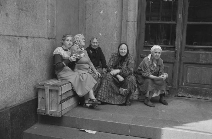 Пожилые женщины, сидящие у подъезда. СССР, Москва, 1961 год.