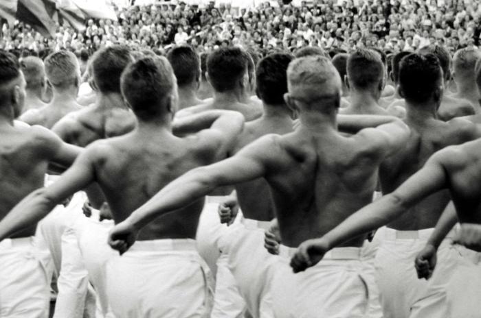 Марширующие гимнасты во время соревнований в Москве.
