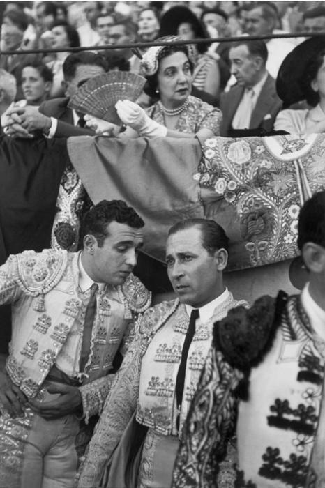 Два матадора готовящихся к выступлению во время ежегодной фиесты в Памплоне. Испания, 1952 год.
