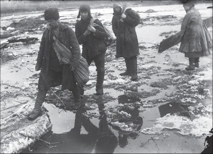 Люди, переходящие обмелевшую из за засухи реку. СССР, Украина, Донецкая область, 1930 год.