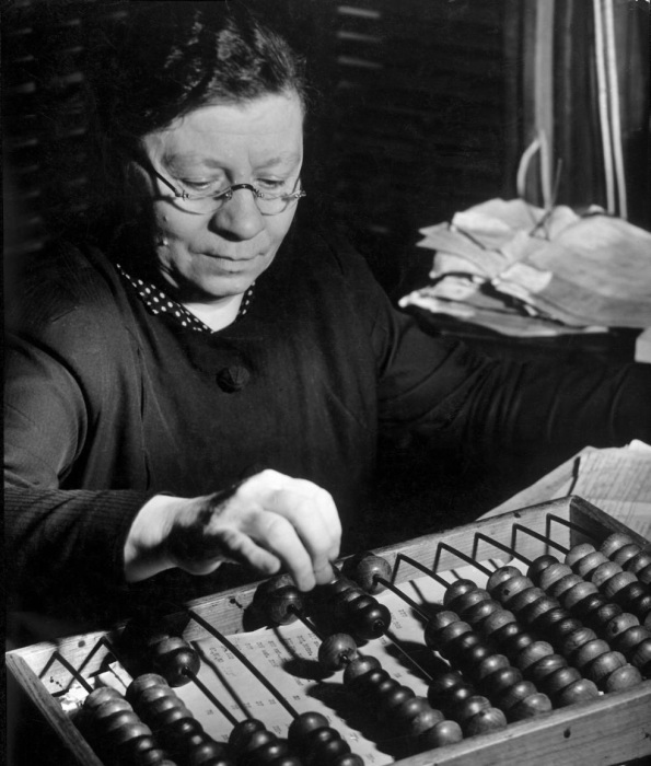 Женщина, работающая бухгалтером в военное время. СССР, Москва, 1941 год.