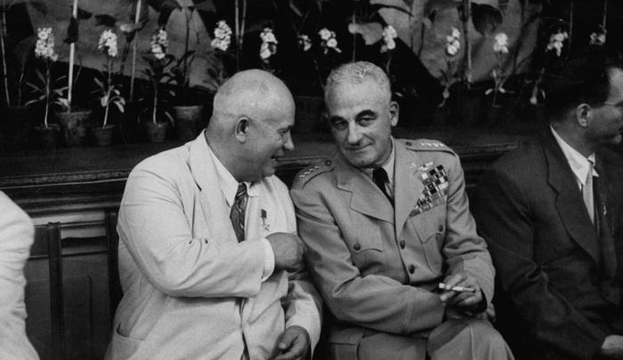 Никита Хрущев беседует с бригадным генералом Натаном Твинингом.