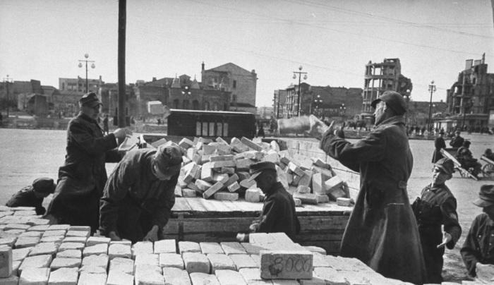 Немецкие заключенные работающие над восстановлением железнодорожной станции и окрестностей Сталинграда.
