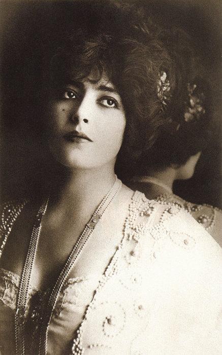 Знаменитая французская актриса и икона стиля.