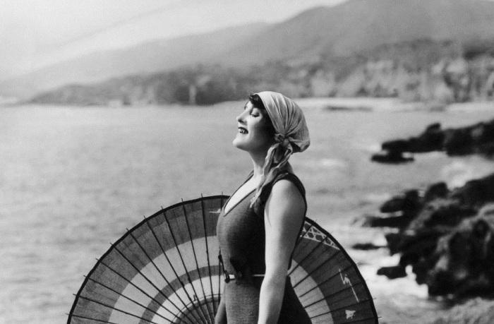 Австралийская профессиональная пловчиха, звезда водевиля, актриса кино и писательница.