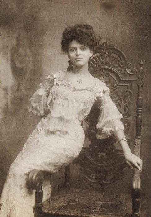 Актриса, которая выступала с 1902 по 1918 в Европе, России и на Дальнем Востоке.