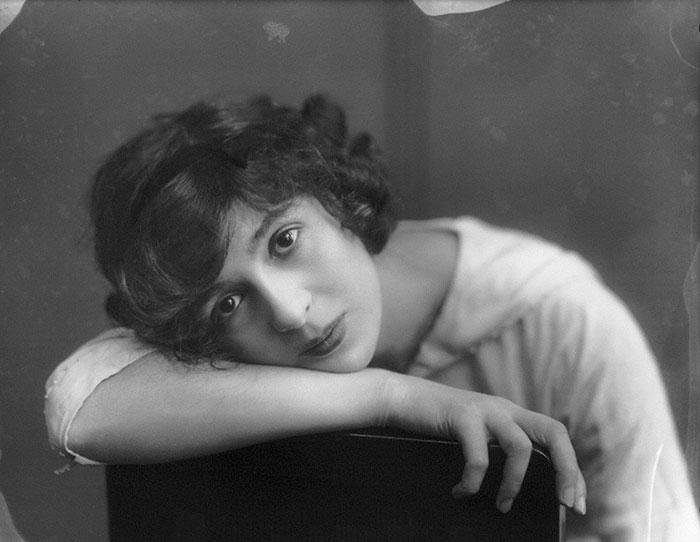 Портретная фотография британской актрисы Джулии Джеймс.