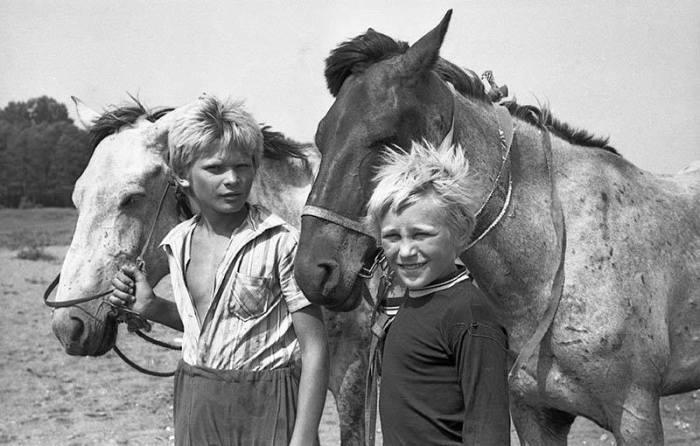Пастухи пасут коней возле своей деревни неподалеку от речки Сож.