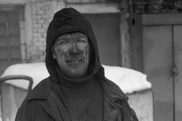 Рабочий завода резиновых изделий после смены. СССР, 1987 год.