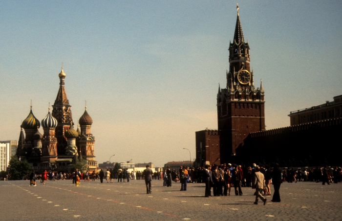 Толпы людей на Красной площади. СССР, Москва, 1977 год.