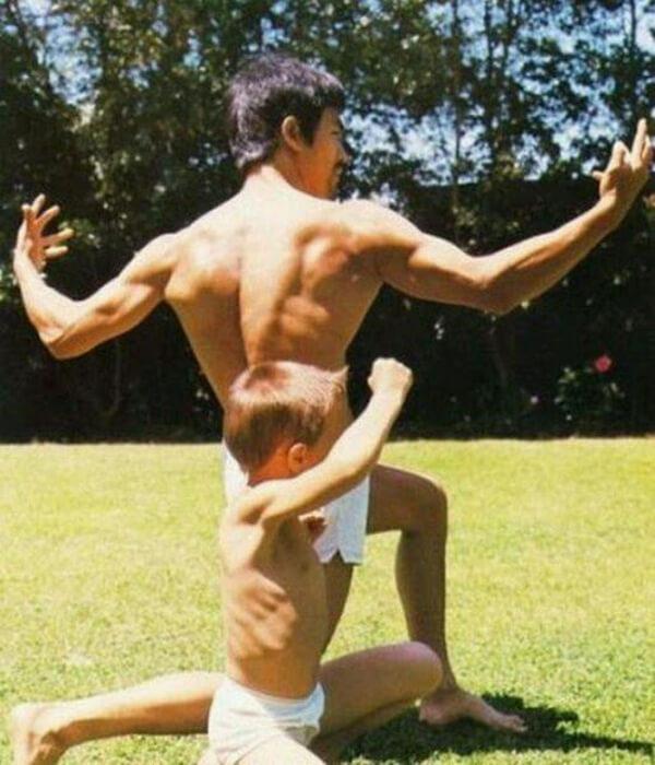 Брюс Ли на уличной тренировки со своим маленьким сынов.
