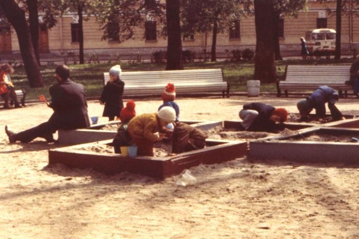 Дети, играющие в песочнице. СССР, Ленинград, 1977 год.