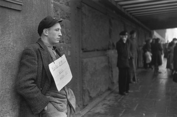 Человек с плакатом готовый на любую работу и предлагающий свои услуги. Германия, Гамбург, 1952 год.