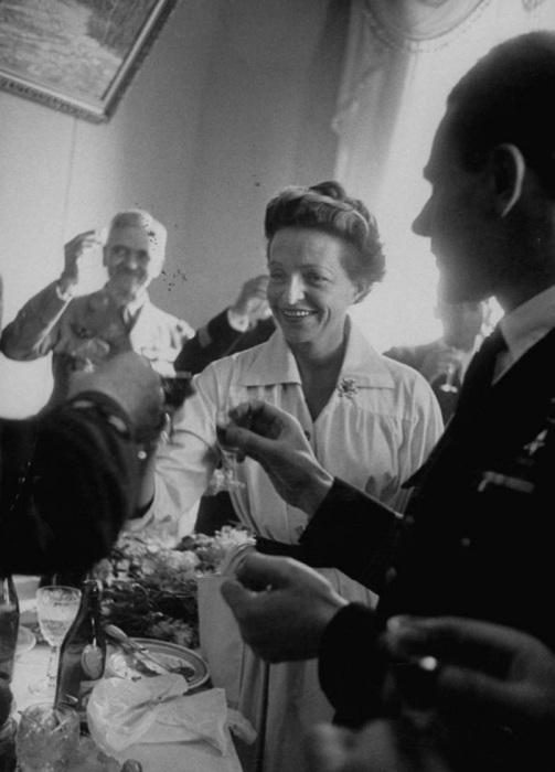 Жаклин Ориоль, первая женщина пилот-испытатель произносит тост на приеме, организованном после окончания авиашоу.