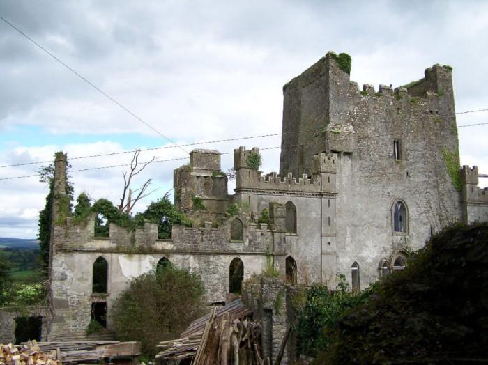 Замок Лип в графстве Оффали, построеный в конце XV века семьёй О'Баннон. Ирландия, графство Оффали.