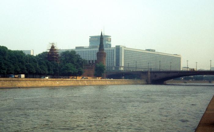 Вид на Кремлевскую стену и гостиницу Россия. СССР, Москва, 1977 год.