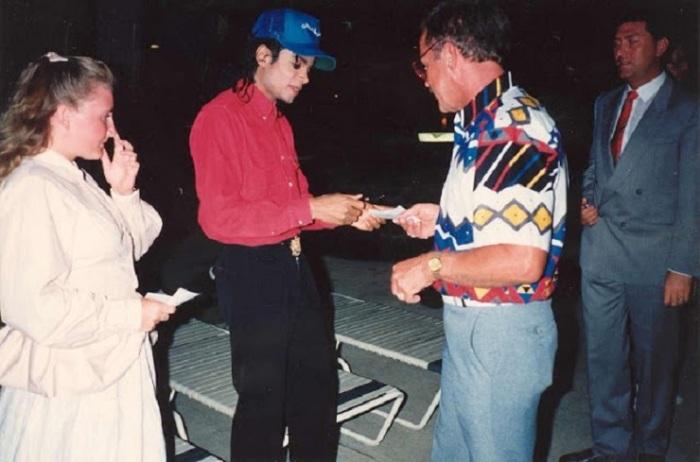 Майкл Джексон даёт автограф у входа в отель «Rotterdam Hilton».