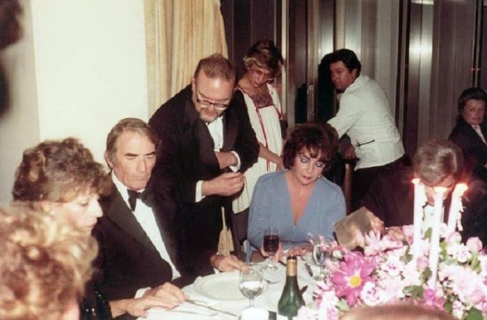 Элизабет Тейлор, Грегори Пек и сенатор Джон Уорнер.