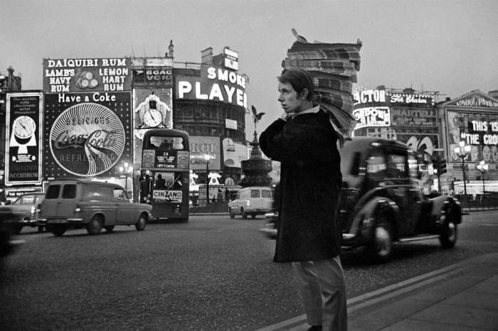 Одна из самых широких и оживлённых улиц в историческом центре Лондона, 1966 год.