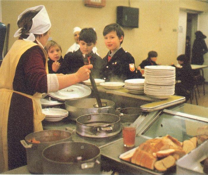 Учні під час великої перерви в шкільній їдальні.
