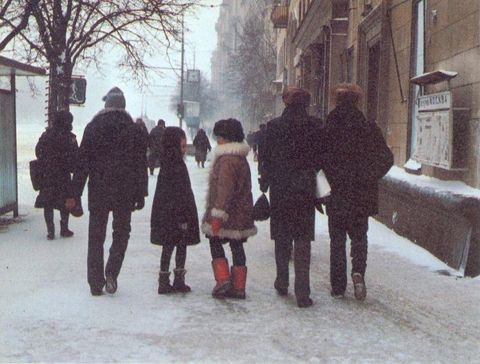 Прогулянка всією сім'єю по місту в морозний зимовий день.