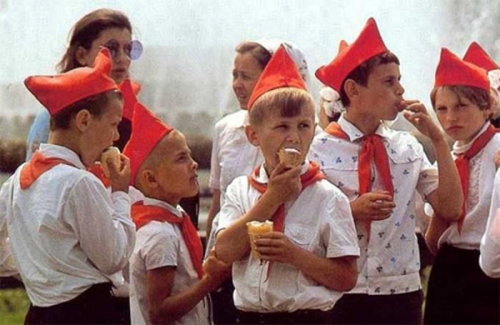 Діти їдять морозиво на території піонерського табору.