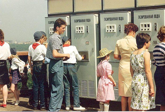 Торгові автомати з приготування та продажу газованих напоїв.