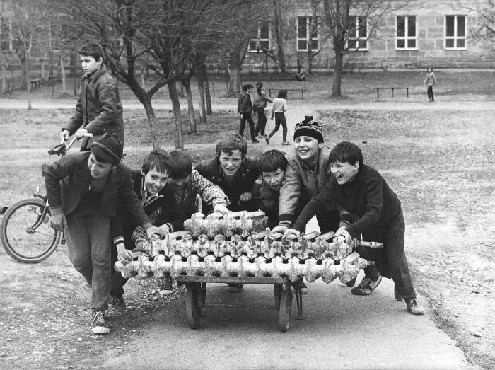 Підлітки, що везуть на металобрухт викинуті чавунні батареї.