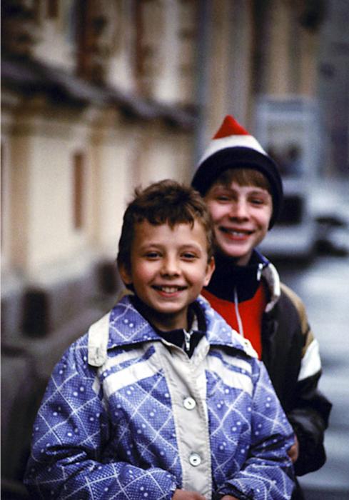 Позирующие перед камерой дети. СССР, Иркутск, 1988 год.