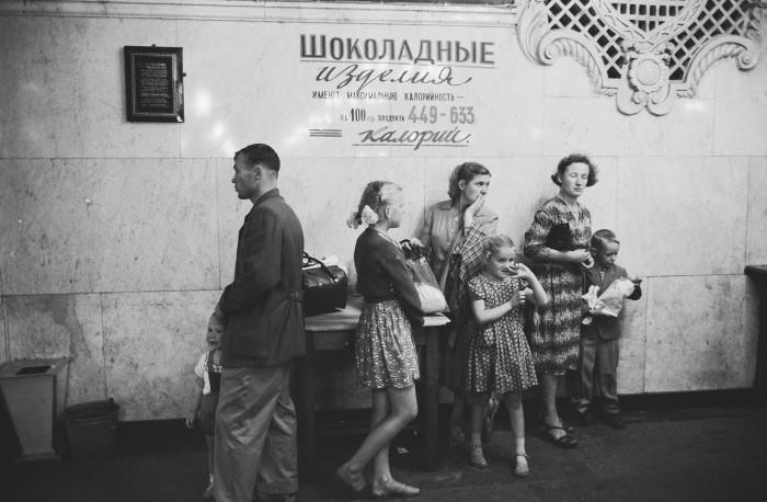 Отдел шоколадных изделий в Государственном универсальном магазине. СССР, Москва, 1961 год.