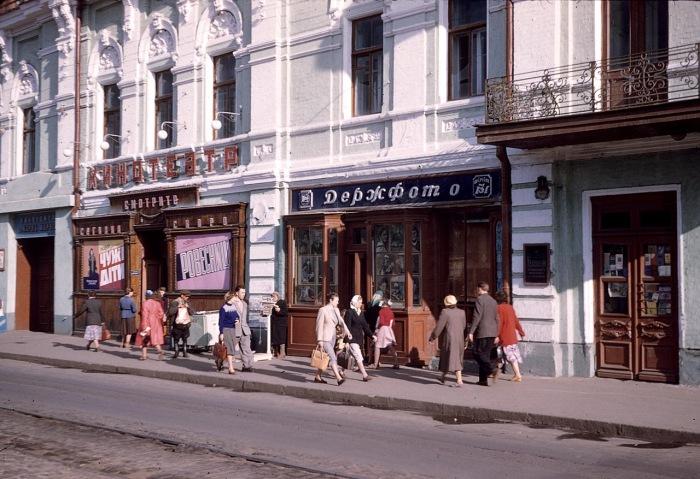 Небольшой кинотеатр в центре города. СССР, Харьков, 1959 год.