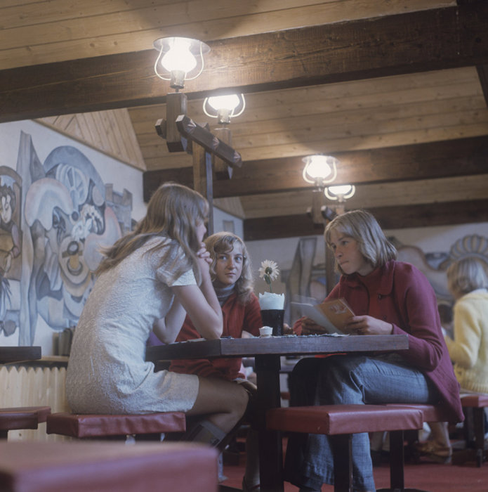 Три девушки отдыхают в кафе «Два петушка». Литва, Клайпеда, 1974 год.
