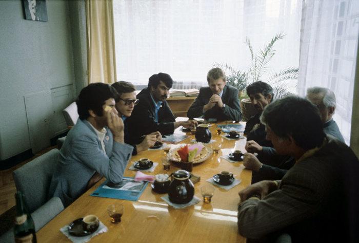 Известный афганский писатель Разек Руйин беседует с сотрудниками редакции. Литва, Каунас, 1961 год.