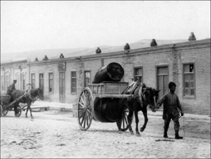 Перевозка керосина на лошадях в 1890 году.