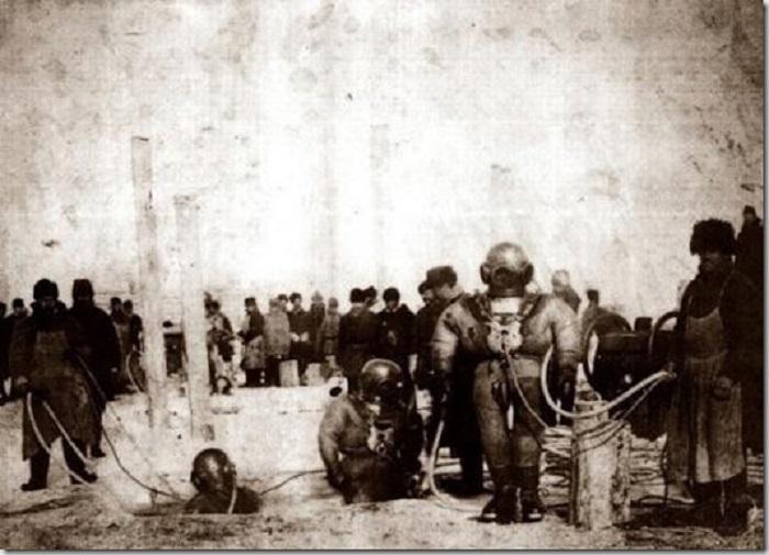 Подготовка водолазов для подводных работ во время строительства моста через Енисей в 1896 году.