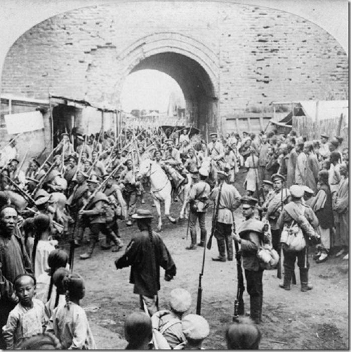 Русские солдаты входят в Мукден в 1905 году.