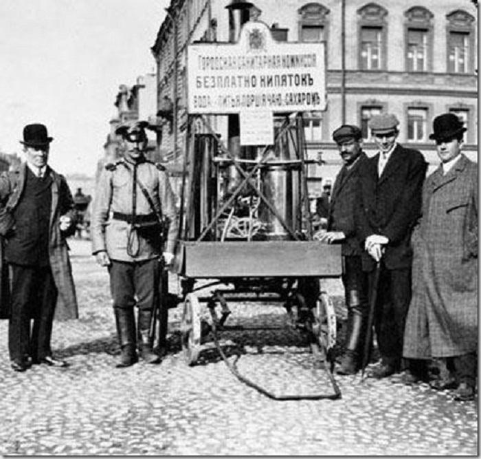 Благотворительная чайная повозка в Санкт-Петербурге в 1909 году.