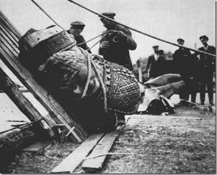 Снос памятника Александру III в 1918 году.