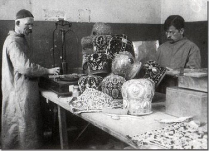Конфискованные митры в 1921 году.