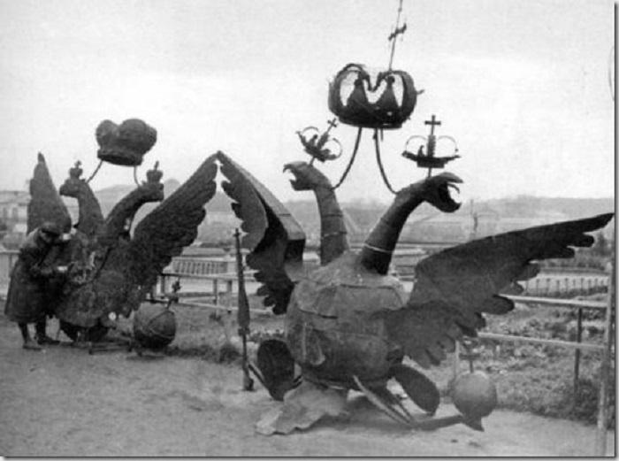 Снятые с Кремля орлы в 1935 году.