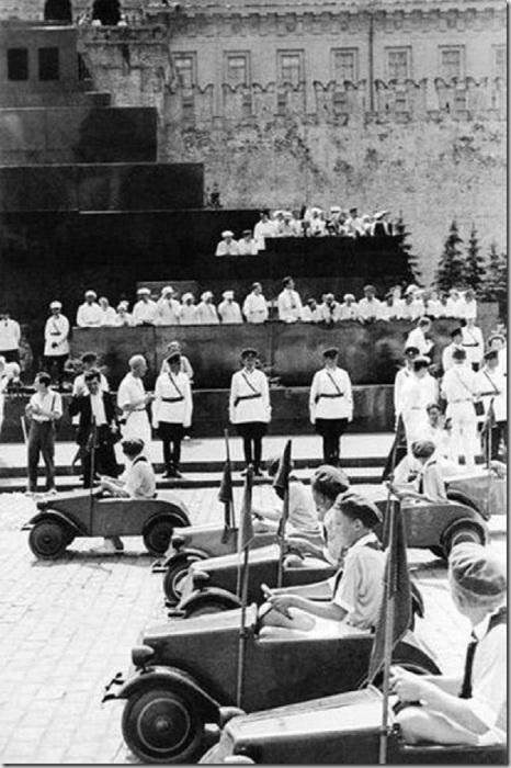 Юные автомобилисты на спортивном параде в 1935 году.